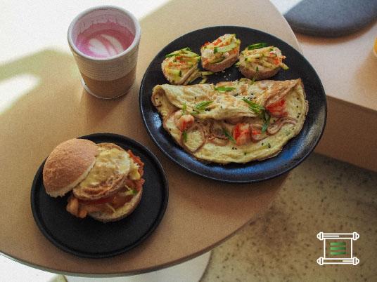 Бао-бургер с японским омлетом, цыпленком в панировке и соусом голландез и Омлет на кокосовом молоке с тигровыми креветками и кальмаром